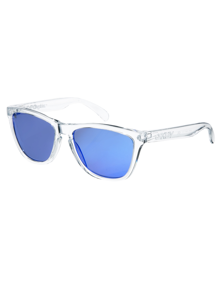 Oakley Frogskin Mirrored Sunglasses, mujer con gafas de sol